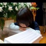 【涙腺崩壊】葬式の最中、父親が入った棺をじっと見つめる少年。棺に向かって少年が口にした言葉に会場が静まり返る・・・